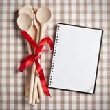 Kökutensil med den blanka receptboken Royaltyfria Foton