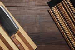 Kökutensils på brunt trä bordlägger Arkivfoto