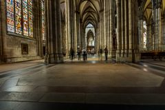 KÖLN, DEUTSCHLAND - 26. AUGUST: Wegweise innerhalb der Köln-Kathedrale am 26. August 2014 in Köln, Deutschland im Jahre 1248 bego Lizenzfreie Stockfotos
