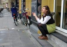 Köln, Deutschland - 20. Januar 2012: Cafékellnerin ging draußen für einen Rauch Stockfotografie