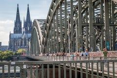 KÖLN, DEUTSCHLAND - 31. JULI 2015: Berühmte Hohenzollern-Brücke Lizenzfreie Stockfotografie