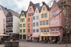 KÖLN, DEUTSCHLAND - 6. MÄRZ 2015: Bunte Häuser in der alten Stadt auf der Rhein-Damm, Köln, Deutschland Lizenzfreie Stockfotografie