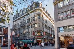 KÖLN, DEUTSCHLAND - 23. NOVEMBER 2015: Käufer und Touristen hetzen durch ein Stadtzentrum der Einkaufsstraße herein von Köln - Kä Stockbild