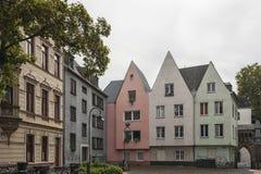 KÖLN, DEUTSCHLAND - 11. SEPTEMBER 2016: Bunte Häuser in der bayerischen Art in der alten Stadt von Köln, Nordrhein-Westfalen Stockbild