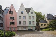 KÖLN, DEUTSCHLAND - 11. SEPTEMBER 2016: Bunte Häuser in der bayerischen Art in der alten Stadt von Köln, Nordrhein-Westfalen Lizenzfreie Stockfotografie