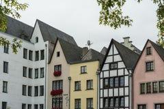 KÖLN, DEUTSCHLAND - 11. SEPTEMBER 2016: Bunte Häuser in der bayerischen Art in der alten Stadt von Köln, Nordrhein-Westfalen Lizenzfreies Stockbild
