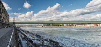 KÖLN, DEUTSCHLAND - 10. SEPTEMBER 2017: Nicht identifizierte Besucher genießen einen Weg entlang dem Rheinau-Hafen mit seiner sze Stockbilder