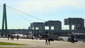 Köln drei Bürogebäude, Stadtkai, Schiffsflussverkehr stock video
