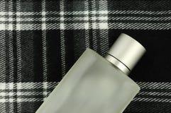 Köln-Flasche auf Checkmuster Stockbild