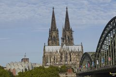 Köln - Köln-Kathedrale und Hohenzollern-Brücke Stockfotografie