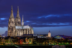 Köln-Kathedrale an der Dämmerung Stockbild