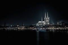 Köln-Kathedrale an Flussrhein-Nachtaufnahme Lizenzfreie Stockfotografie