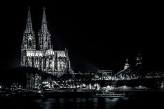 Köln-Kathedrale an Flussrhein-Nachtaufnahme Lizenzfreie Stockfotos