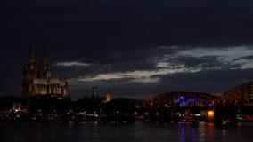Köln-Kathedrale und ein Zug auf Hohenzollern-Brücke mit den Tankern, die auf den Fluss Rhein, Deutschland segeln stock video