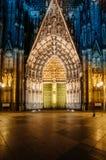Köln-Kathedralenfassade nachts Lizenzfreie Stockfotografie