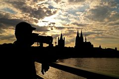 Köln-Stadt im Sonnenuntergang lizenzfreie stockbilder