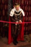 König, der rotes Band schneidet Stockfotografie