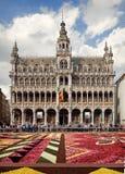 König House oder Het Broodhuis in Grand Place von Brüssel hinter Blumen-Teppich Lizenzfreie Stockbilder