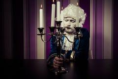 König, Mann kleidete in der Rokokoart, im Konzept des Reichtums und in der Armut an Stockfoto