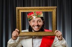 König mit Bilderrahmen Stockbild