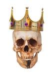 König- oder Königinschädel mit Krone Ein grimmiger Minireaper, der eine Sense anhält, steht auf einem Kalendertag, der glückliche Stockfoto