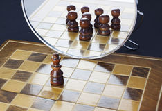 König sieht im Spiegel eine große Armee stockbilder
