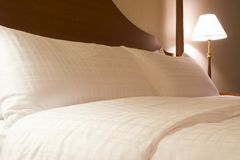 König sortiertes Bett in der Hotelsuite Stockbilder