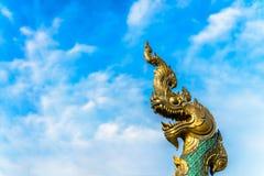 König von Naga auf blauem Himmel Lizenzfreies Stockfoto