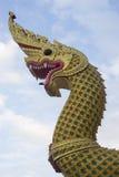 König von Nagas, Schlange in Thailand und blauer Hintergrund Stockfoto