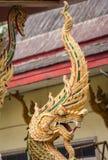 König von Nagas vor dem Tempel in Thailand Stockfotos