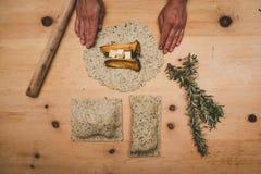 Königausternpilze in einem Gebäckoberteil mit Butter und Rosmarin stockbild