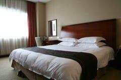 Königgrößenbett im Hotel Lizenzfreies Stockbild