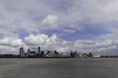 Königin Elizabeth legte außerhalb des Cunard an, das Liverpool errichtet Lizenzfreie Stockbilder