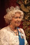 Königin Elizabeth, London, Vereinigtes Königreich - 20. März 2017: Königin Elizabeth II Wachsfigurwachsfigur mit 2 Porträts am Mu Stockfotos