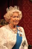 Königin Elizabeth, London, Vereinigtes Königreich - 20. März 2017: Königin Elizabeth II Wachsfigurwachsfigur mit 2 Porträts am Mu Stockbilder
