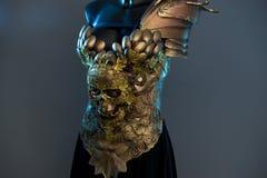 Königin-Goldmode-modell Dress, gotisches Design mit dem goldenen Schädel stockfoto