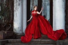 Königin im roten Mantel lizenzfreie stockfotos