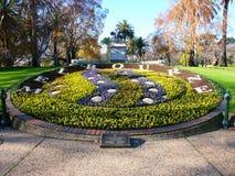 Königin Victoria arbeitet Blumenborduhr im Garten Stockbilder