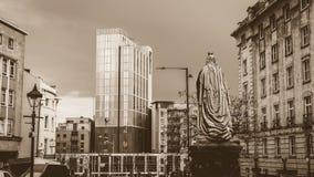 Königin Victoria Monument, die in Richtung Radisson-Hotels blickt Lizenzfreie Stockfotos