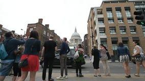 Königin Victoria Street mit Fußgängern zu St Paul Kathedrale stock video footage