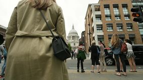 Königin Victoria Street mit Fußgängern zu St Paul Kathedrale stock video