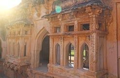 Königinbäder in Hampi, Karnataka-Staat, Indien Schnitzen von Stein-anci stockfotografie