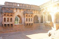 Königinbäder in Hampi, Karnataka-Staat, Indien Schnitzen von Stein-anci stockfotos