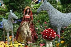 Königinpuppe im königlichen Kleid stockbild