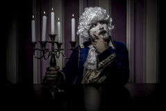 Königlich, kleidete Mann in der Rokokoart, im Konzept des Reichtums und im povert an Stockbilder