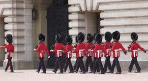 Königliche Abdeckung, die am Buckingham Palace ändert Stockbild