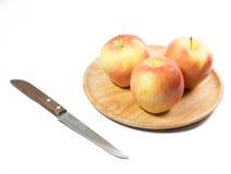 Königliche Galaäpfel auf hölzernem Teller mit Messer Lizenzfreie Stockfotos