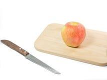 Königliche Galaäpfel auf hölzernem Teller mit Messer Lizenzfreie Stockbilder