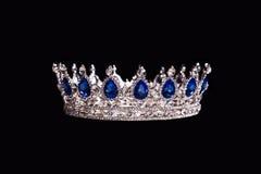 Königliche Krone mit dem Saphir lokalisiert auf schwarzem Hintergrund Stockfoto