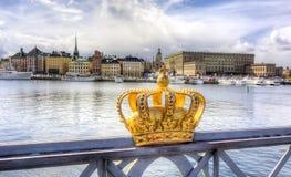 Königliche Krone und alte Stadt Gamla Stan, Schweden Stockholms Stockfotografie